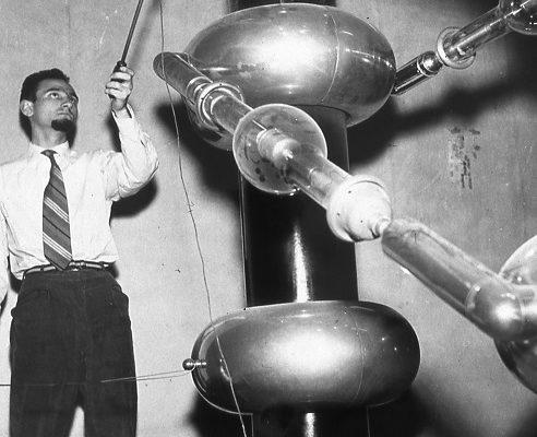 Tommaso Rossini alle prese con l'acceleratore di Cockcroft-Walton al CISE, in una fotografia degli anni '50